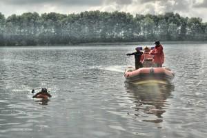 Ratownicy zw Świebodzińskiego oddiziały WOPR podczas pracy na jeziorze